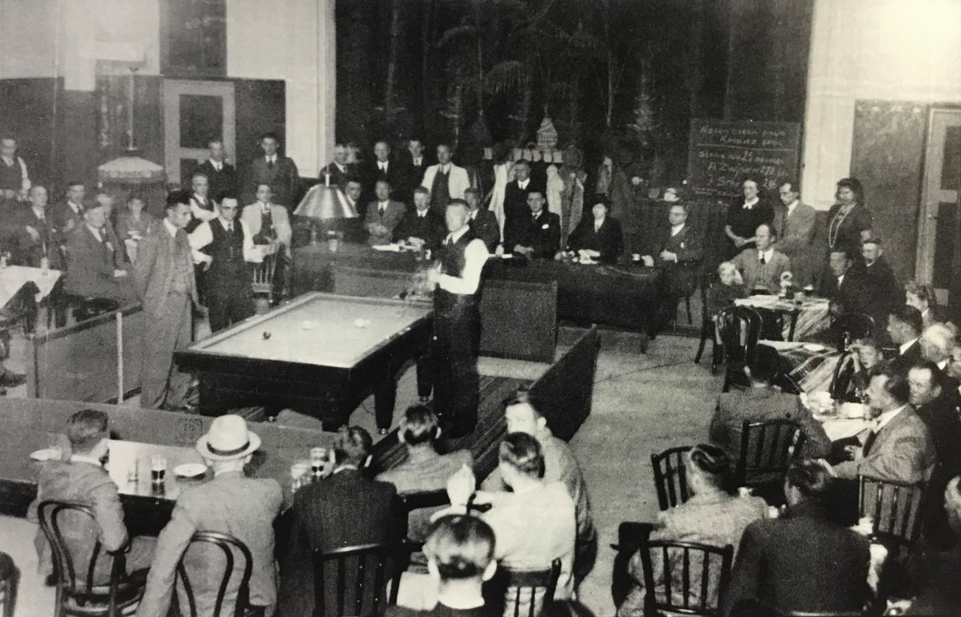 Biljartwedstrijd om het eerste Osse kampioenschap in oktober 1942. Jan Zwijsen, links naast de arbiter, won de titel