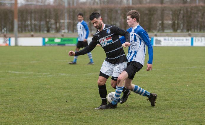 Michel Leon-Payo (links) in actie voor FC Eindhoven AV tegen Bladella.
