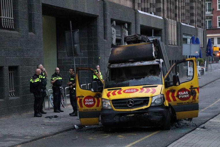 Het busje waarmee op de politie werd ingereden, en op een gegeven moment in de fik vloog. Beeld