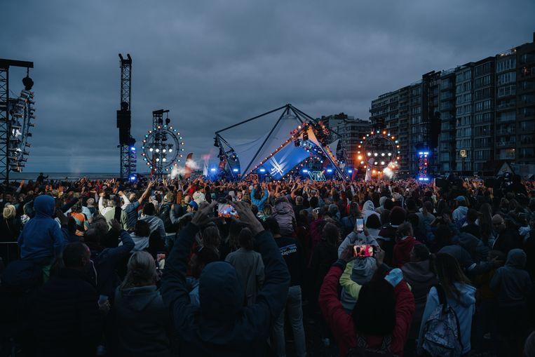 Extra treinen werden ingelegd naar Blankenberge om de tienduizenden fans naar de liedjesshow te brengen.  Beeld Wouter Van Vooren