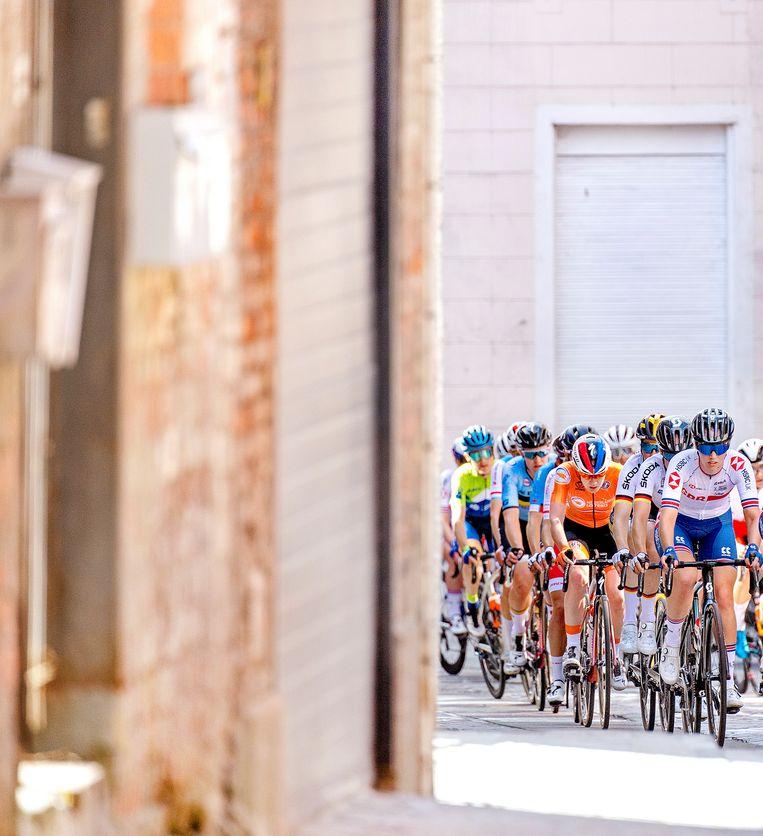 Anna van der Breggen (oranje) in de straten van Leuven tijdens haar allerlaatste wedstrijd als wielrenner. Beeld Klaas Jan van der Weij / de Volkskrant
