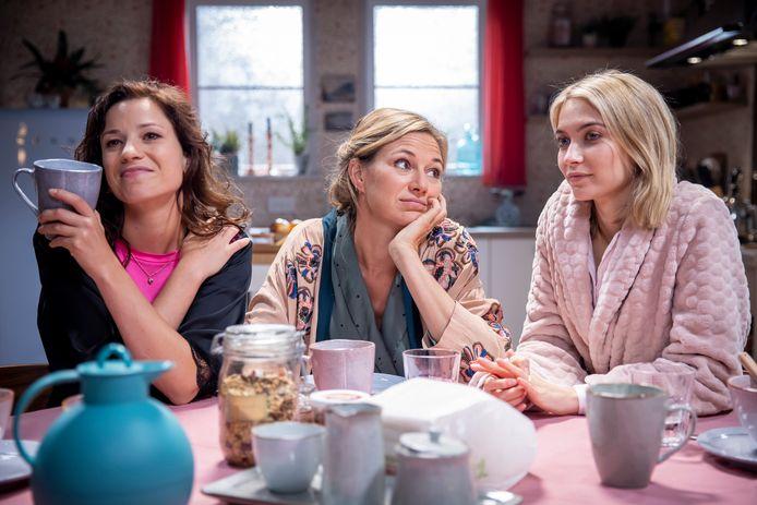 Zo bezorgd als Lisa's moeder Suzanne (midden) is, zo gemeen is haar halfzus Katja (links).