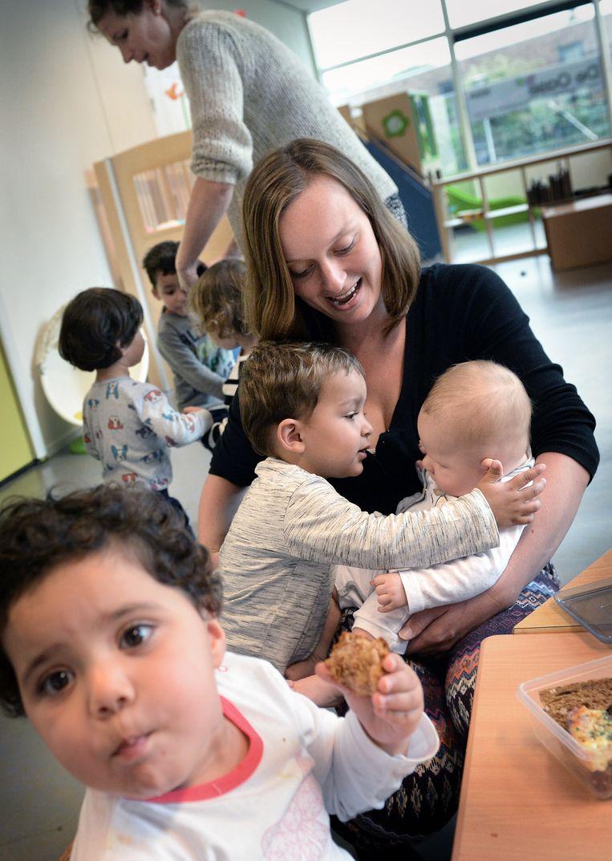 Janneke Korbee houdt de kinderen bezig. Beeld Marcel van den Bergh