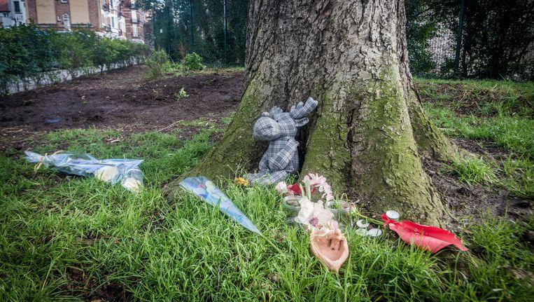 Bloemen en een knuffel op de plek in Schaarbeek waar vorig weekend het lijkje van Ibrahim, slachtoffer van een gezinsdrama, werd aangetroffen. Beeld Jan Aelberts