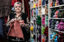 Diny in haar wolwinkeltje in het Waterkwartier. Het winkeltje staat vermeld in het boek '111 plekken in Nijmegen die je gezien moet hebben'.