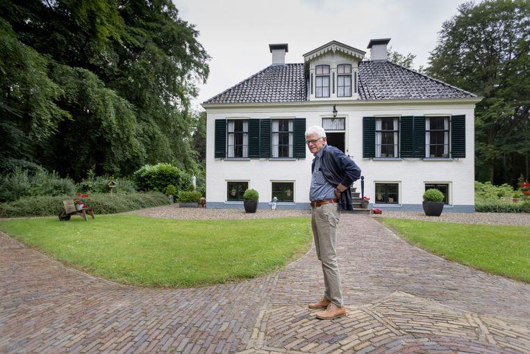 Jan Mensink voor het bestuurs-gebouw van de stichting Maatschappij van Weldadigheid. Beeld Herman Engbers