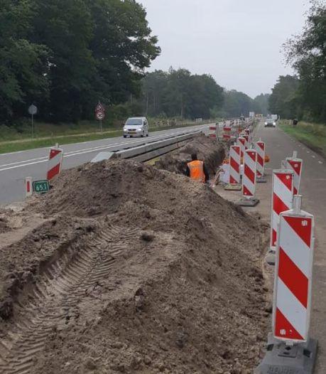 Automobilisten scheuren keihard langs wegwerkers bij Ommen: 'Werd zelfs ingehaald over doorgetrokken streep'