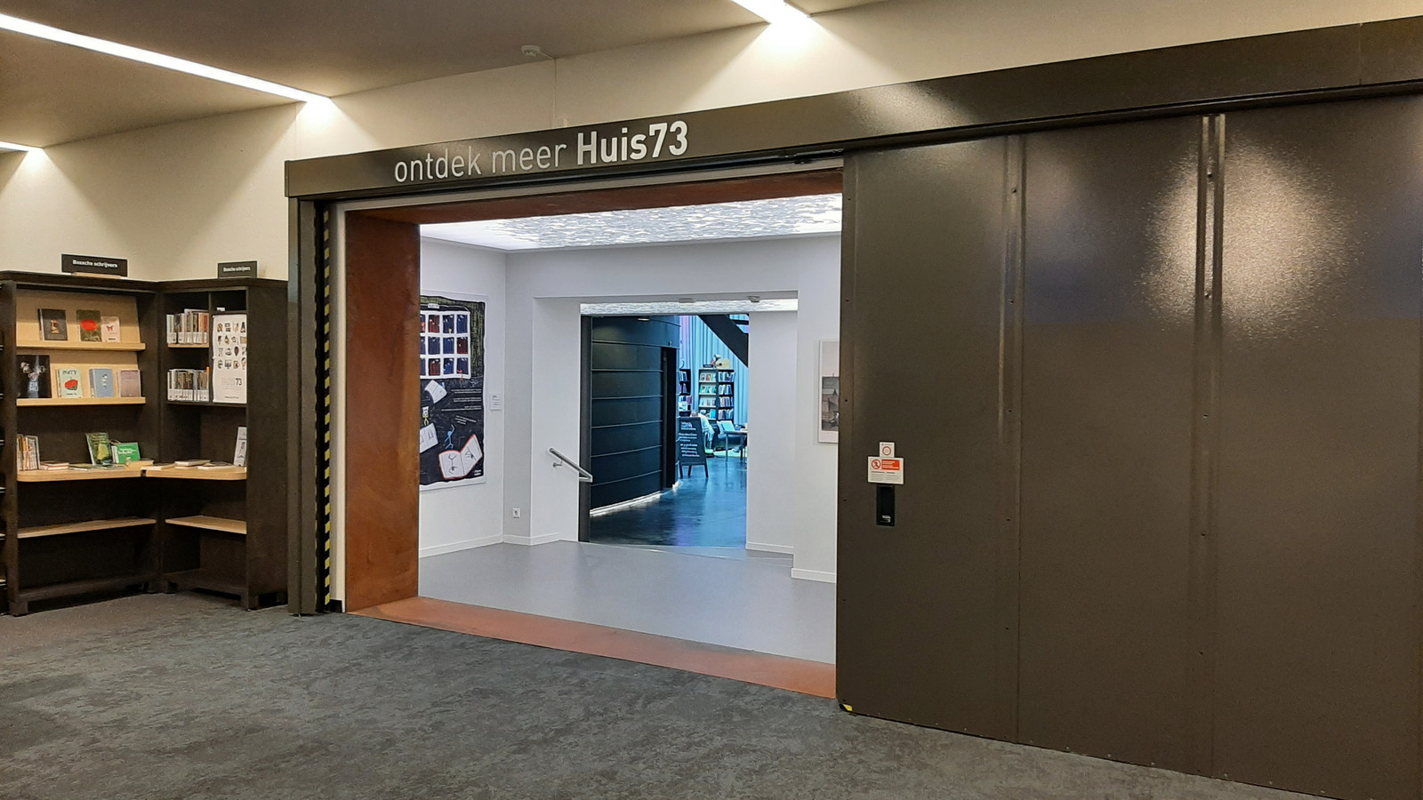 De doorgang van de bibliotheek naar het cultuurgedeelte van Huis73 in Den Bosch.