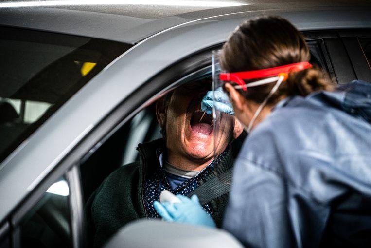 Medewerkers van de GGD Brabant Zuidoost nemen coronatesten af in een teststraat in Helmond.  Beeld Rob Engelaar