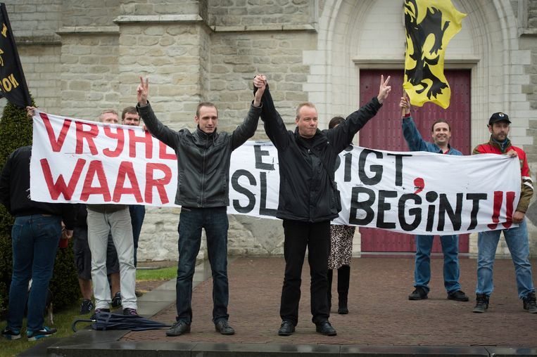 Organisator en Schriekenaar Kristof de Smet naast Rudy Van Nespen (Pegida Vlaanderen) op het Kerkplein.