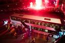 Supporters vallen de persfotograaf aan als de spelersbus van De Graafschap terugkeert op De Vijverberg.