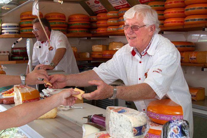 Kaasboer Harrie van den Heuvel achter de kraam op de Bossche markt.