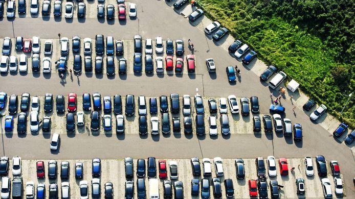 Parkeren in het midden van de parkeerplaats is niet de optimale plek, zo meldt een Tiktokker.
