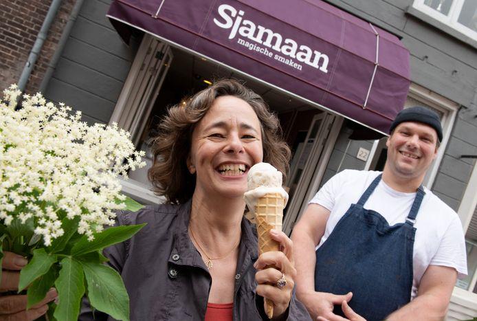 Martine Gooszen proeft de nieuwe ijssmaak 'schoonheid', bij ijswinkel Sjamaan van Menno Uringa.