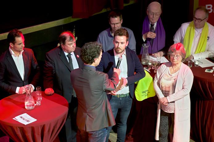 Verkiezingsdebat in theater De Avenue in Breda. Gespreksleider Paul Verlinden (met microfoon) laat de vertegenwoordigers van de diverse partijen een het woord, in dit geval over de logistiek in de binnenstad.