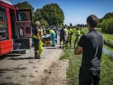 Bejaarde vrouw maakt misstap en valt in sloot bij Opheusden, omstanders schieten te hulp