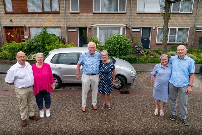 Links het paar Van Heijnsbergen,  daarnaast de Van der Westelakens en helemaal rechts de familie Reischmann. De echtparen zijn deze maand alle drie vijftig jaar getrouwd en ze wonen ook nog een vijftig jaar naast elkaar.