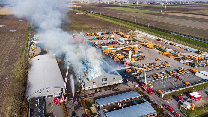 Dronebeeld van de brand in Hazerswoude-Dorp.