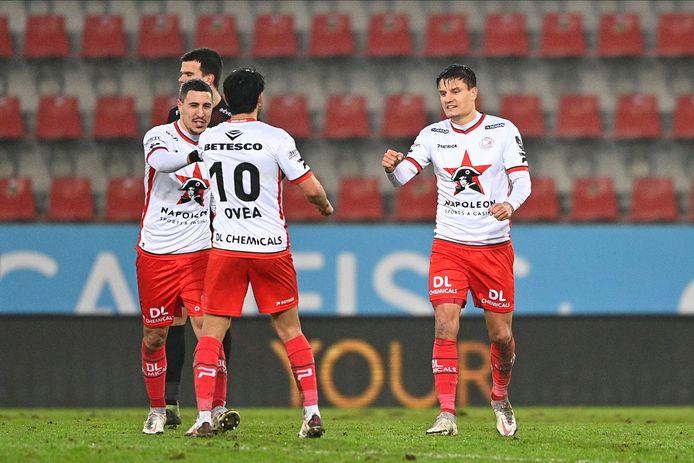 Govea feliciteert Bruno en Vossen, de twee doelpuntenmakers.