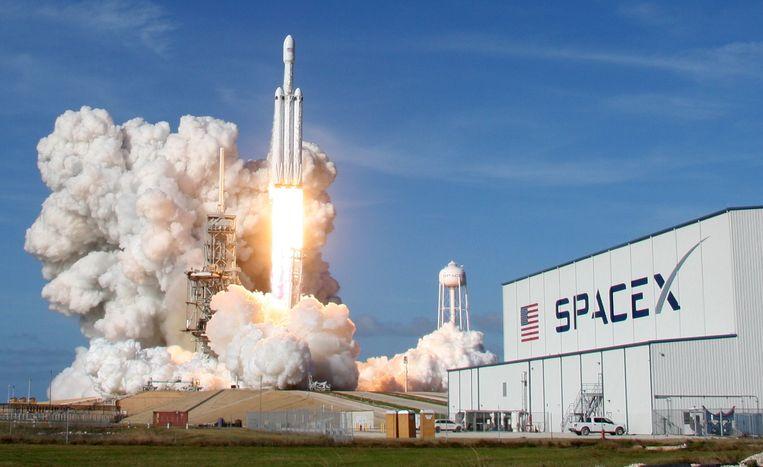 Vanop Cape Canaveral in Florida is gisteren om 21.45 uur Belgische tijd met succes voor het eerst de onbemande Falcon Heavy gelanceerd. Beeld REUTERS