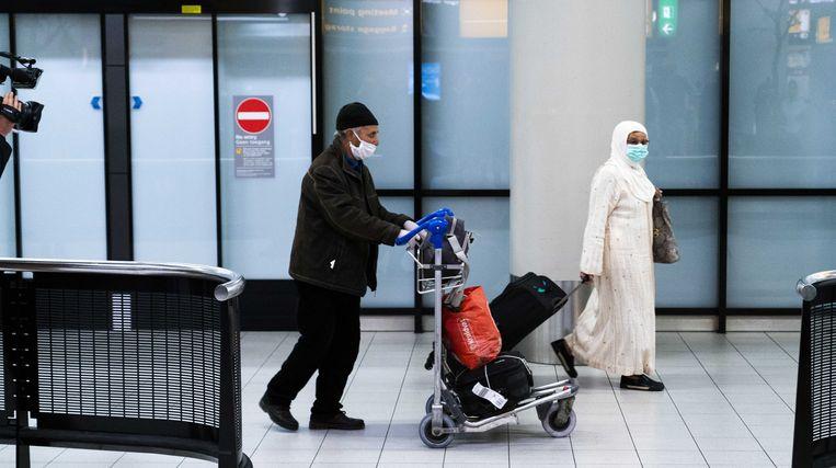 Passagiers van de eerste repatriëringsvlucht uit Marokko op Schiphol. Beeld ANP