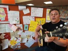 Zingende schooldirecteur Maarten (42) steekt kinderen hart onder de riem met liedje: 'Het moet van de juf'
