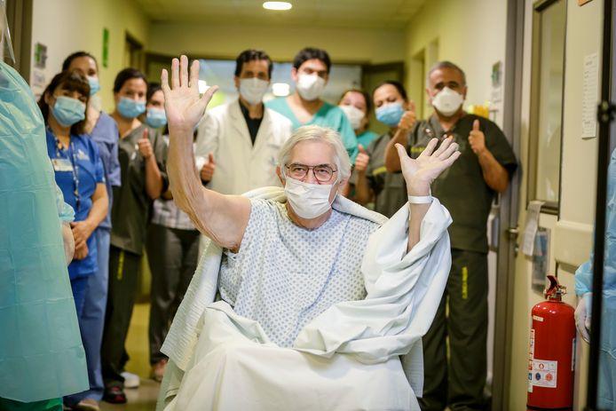 Edwin Janssens wordt uitgezwaaid door het ziekenhuispersoneel in Santiago, Chili