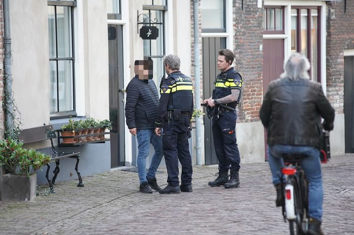 De agenten in gesprek met de verdachte.