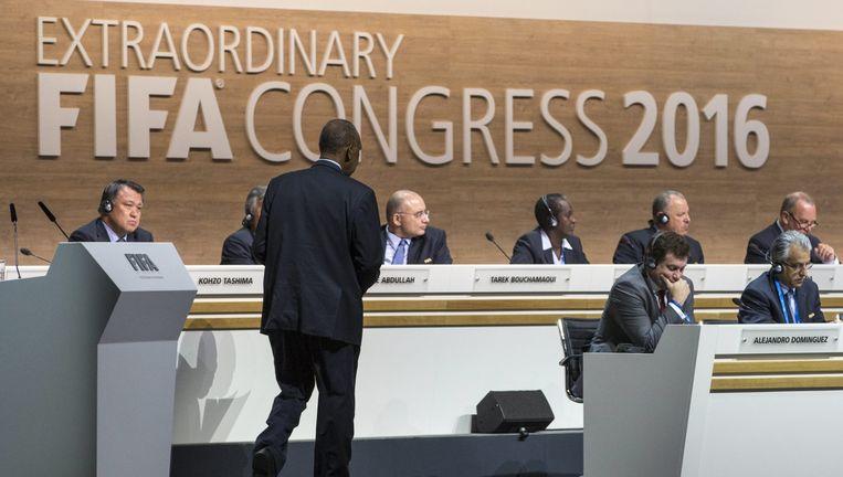 Huidig Fifa-voorzitter Issa Hayatou loopt naar het spreekgestoelte tijdens het Fifa-congres. Beeld Epa