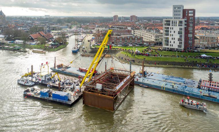 In de IJssel bij Kampen werd vorig jaar in zijn geheel een middeleeuws koggeschip boven water gelicht. Beeld ANP