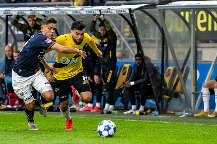 NEC'er Bart van Rooij (links) jaagt in de finale play-offs op Mounir El Allouchi van NAC.