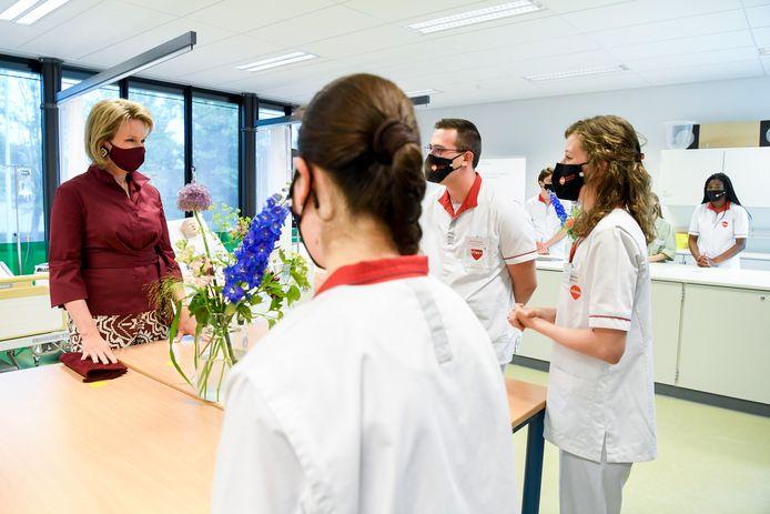 Koningin Mathilde, in gesprek met studenten Sybren Vanneste en Marilies De Kegel.