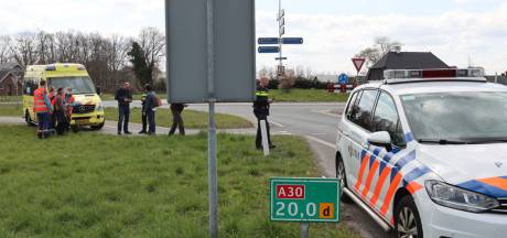Fietsster botst op auto in Barneveld en krijgt stuur in haar buik