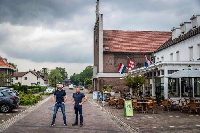 Frank van Rooij (links) en Frans Fransen zijn samen de Verhalenmannen van Vlierden. Ze vertellen via filmpjes verhalen uit en over Vlierden.