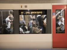Reizigers staan 'als sardientjes in blik op elkaar' in Rotterdamse metro: 'Het is chaos in de ochtendspits'