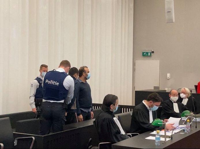 Said Subhan Khawri werd onder politiebegeleiding de assisenzaal binnengebracht