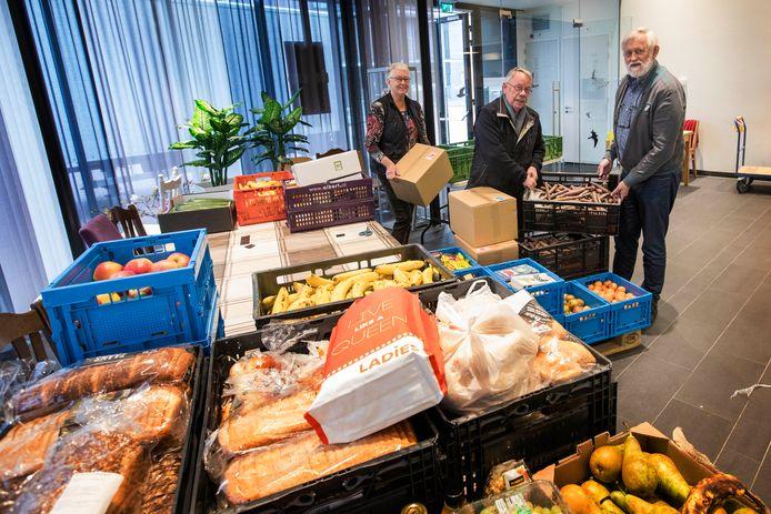 De Voedselbank in Zoetermeer deelt vandaag nogeen keer voedsel uit. Van links naar rechts: vrijwilligers Ida de Jager, Gerard Verheij en Joost de Jager.