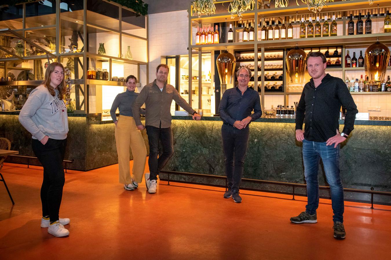 Katoen en Codium op de restaurantvloer. Vlnr: sous-chef Manouk Wols van Codium,  Vivian Diephout en Ron Diephout van Katoen, gastheer Jean Luc Etiennee en chef-kok Wouter Kik van Codium.