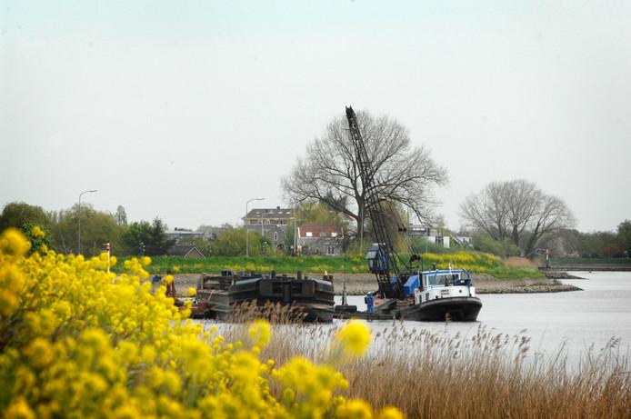 Baggerwerkzaamheden in de Hollandsche IJssel in Zuid-Holland.