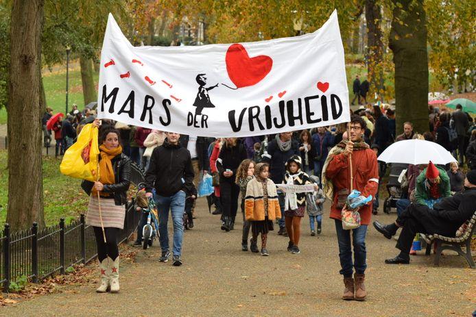 In Nijmegen protesteren meer dan 100 demonstranten tegen de coronamaatregelen in Nederland. Ze lopen van het Kronenburgerpark naar het Valkhofpark.