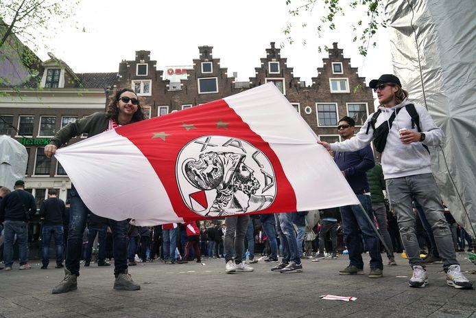 Ajax-fans met een vlag op het Leidseplein.