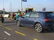 Fietsster geschept door auto op Waalbrug bij Nijmegen: brug stad uit tijdelijk dicht
