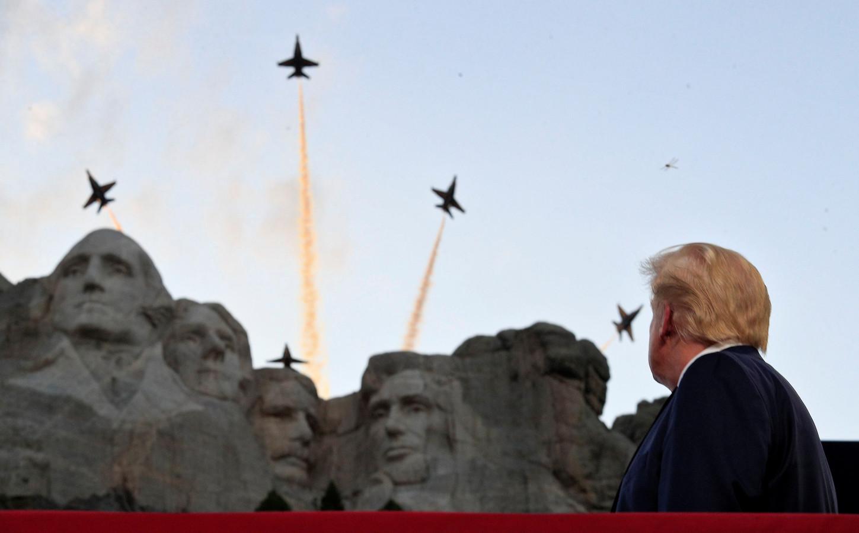 Trump kijkt naar een luchtshow van de Amerikaanse luchtmacht.