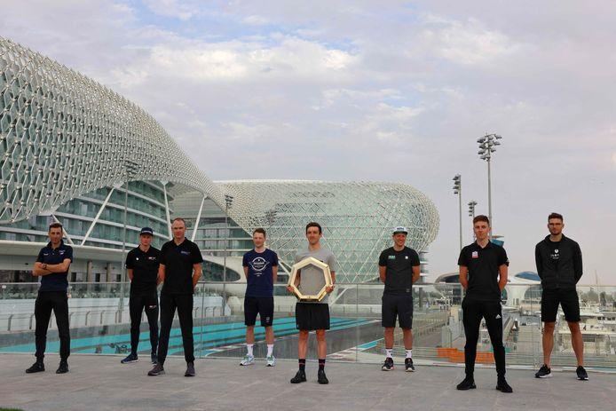 Vincenzo Nibali, Mathieu van der Poel, Chris Froome, Sam Bennet, Adam Yates, Pascal Ackermann, en Tadej Pogacar poseren met de trofee in in Abu Dhabi.