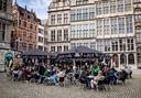 Ook op de Grote Markt in Antwerpen werden terrasjes geïnstalleerd om de heropening van de cafés zo coronaproof mogelijk te laten verlopen.