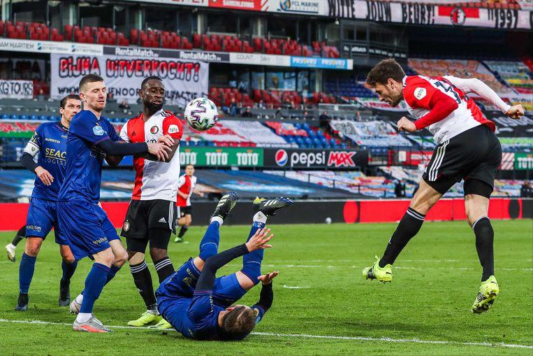 Eric Botteghin scoort het zesde doelpunt voor Feyenoord met een kopbal. Beeld ANP