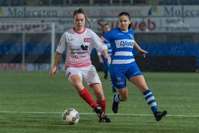 Amy Banarsie (rechts, tegen Excelsior) hoopt met een nieuw contract op een doorbraak bij PEC Zwolle in het aanstaande seizoen.