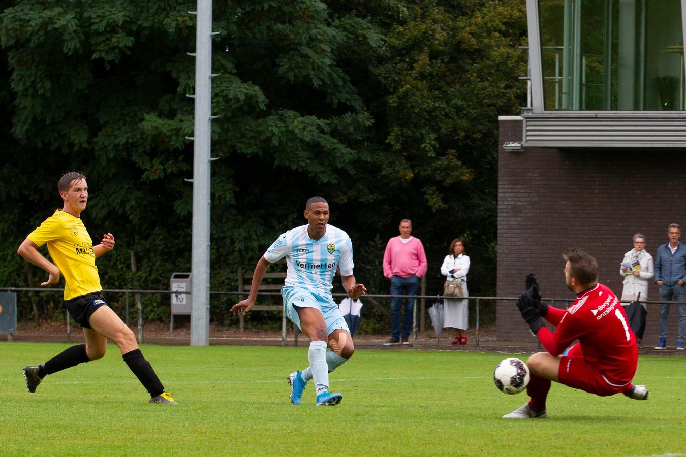 Fouad Idabdelhay van Halsteren schiet de 1-0 binnen namens Halsteren.