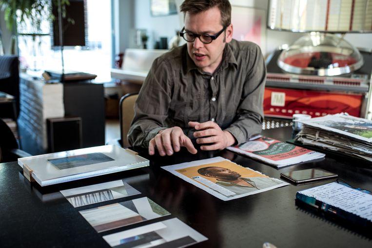 Kunstenaar David Boon: 'Krantenpapier zorgt voor een extra dimensie in mijn werk.' Beeld Tine Schoemaker