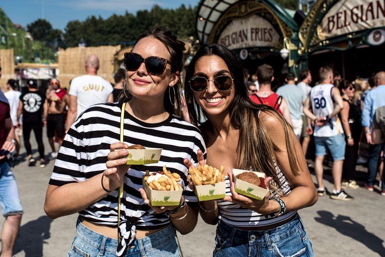 Het goedkoopste eten op Tomorrowland: voor een pak friet betaal je 'maar' €5,60. Beeld Tine Schoemaker